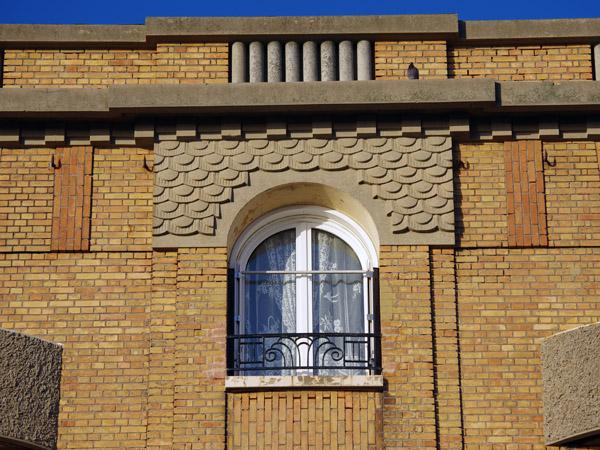 Immeuble (détail fronton) - Le Havre - Véloroute de la côte d'albâtre