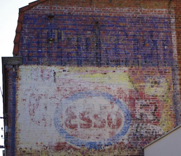 Enseigne peinte  Esso