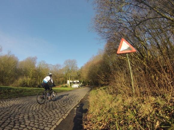 Cycliste - montée pavée du Kemmel berg
