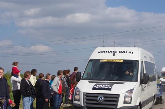 Paris Roubaix 2014 - Pavé de Gruson - voiture balai